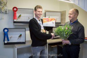 Fauna huldigt Wereldkampioen. Nederland was blij dat ze het belangrijkste vogelfestijn van de wereld mocht organiseren: de tentoonstelling COM Mondial! Dit werd van 10 tot 13 januari gehouden in de IJsselhallen te Zwolle. Duizenden fokkers van kooi- en volièrevogels uit alle werelddelen komen jaarlijks op de Mondial bijeen om elkaar te ontmoeten, vogels te vergelijken en om vogels tentoon te stellen, in de hoop een prestigieuze prijs te winnen. Dé bekroning van een fokseizoen. In Zwolle kwamen ze afgelopen week vanuit alle hoeken en gaten van de wereld, de vogelliefhebbers met hun vogels, in totaal bijna 25000 uit 36 landen Ook uit Hoogeveen bracht Erik Koopman zijn Roodbuik Turquoisine parkieten mee, waar hij al op diverse tentoonstellingen prachtige resultaten mee had behaald. Op de Drentse districtsshow werd Erik al kampioen met een maximum puntentotaal van 95 punten. Maar de mooiste score behaalde Erik op de Mondial met zijn Roodbuik Turquoisine parkieten: hij werd in zijn klasse wereldkampioen en behaalde ook zilver en brons met zijn topvogels. Erik is al vanaf zijn 15e jaar bezig met het houden en kweken van vogels. Hij is begonnen met kanaries, en had vervolgens vele soorten wildzang waaronder zwartkopsijzen, goudvinken enz. Hij is inmiddels 33 jaar bezig met zijn vogels: één koppel Bonte Boeren heeft hij al ruim 30 jaar in zijn bezit! Nu kweekt Erik ruim 5 jaar met de Roodbuik Turquoisine parkieten en met succes. Sinds Erik vogels heeft is hij lid van volièrevereniging Fauna uit Hoogeveen: ruim 33 jaar.